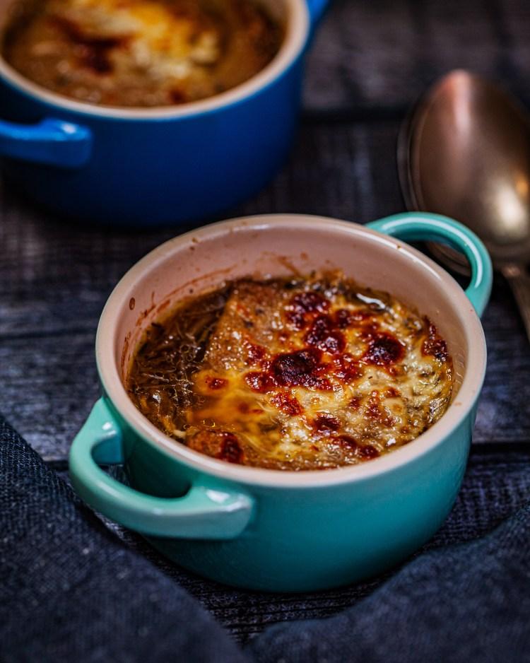 Sopa de cebolla francesa gratinada: receta original