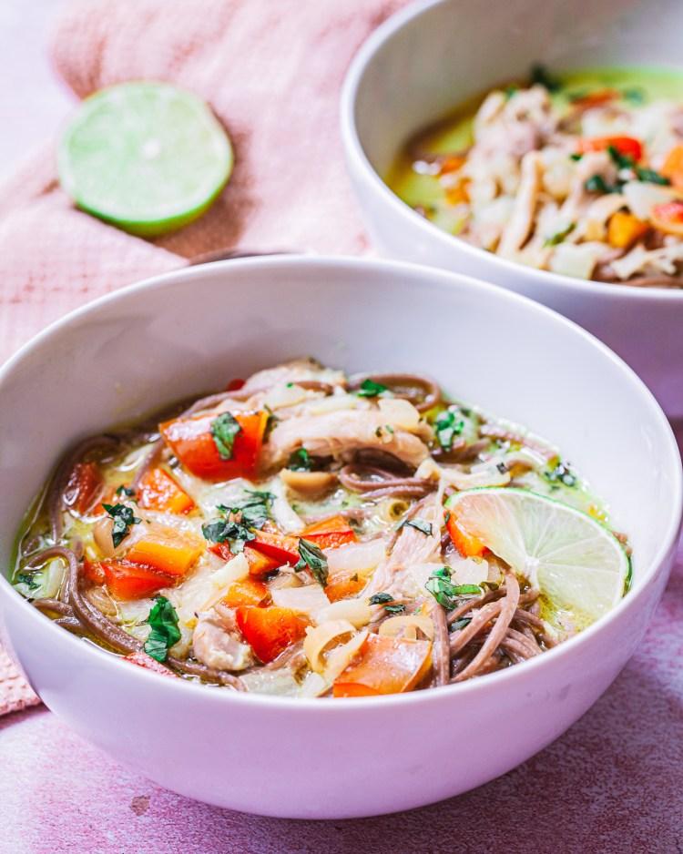 Sopa de noodles con pollo y verduras