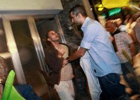 O momento em que o manifestante é interpelado pelos agentes à paisana