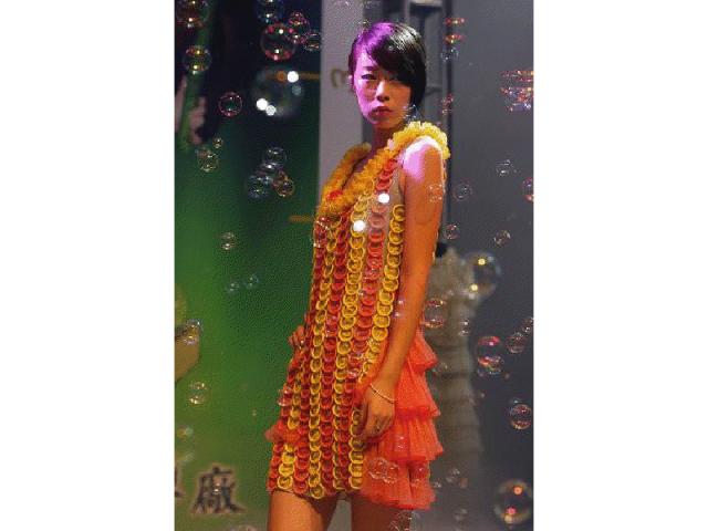 vestido feito com preservativos