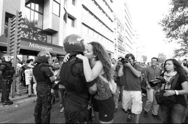 manifestante abraça policia 15 09 2012