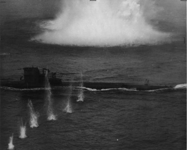 Destino de grande parte dos submarinos alemães feitos até hoje. U-134 sob ataque da RAF em 8 de Julho de 1943.