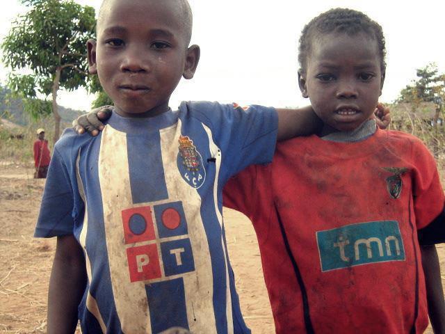 Meninos com camisetas do Porto e do Benfica