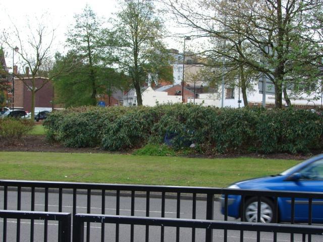 tenda nos arbustos do separador da circular interna em Wolverhampton 2