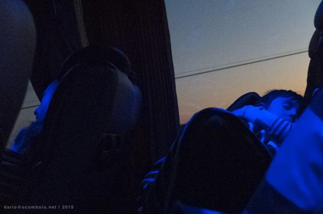 Num autocarro nocturno entre a França e Portugal.