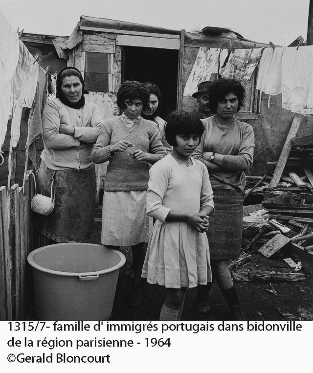 1315/7- famille d' immigrés portugais dans bidonville de la région parisienne - 1964 ©Gerald Bloncourt