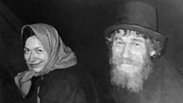 Karp Lykov e a sua filha Agafia, vestidos com as roupas oferecidas pelos membros da expedição de geólogos.