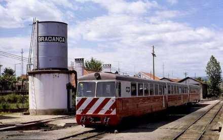 braganc%cc%a7a-6-de-junho-de-1986-linha-do-tua-automotora-a-diesel-da-serie-cp-9700-fotografia-de-hans-joachim-stro%cc%88h