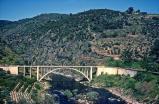 viaduto-das-presas-maio-de-1983-perto-da-estac%cc%a7a%cc%83o-do-tua-utd-duro-dakovic-serie-cp-9700-prestes-a-chegar-a-estac%cc%a7a%cc%83o-do-tua-fotografia-de-j-philips