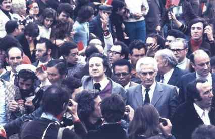 1974-05-01 1.º de Maio de 1974. Mário Soares e Álvaro Cunhal por entre a multidão