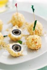 olivas recubiertas con queso feta y crujientes nueces