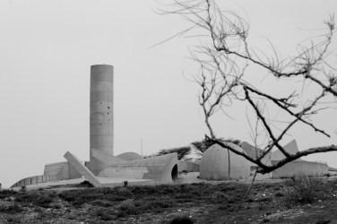 la structure de beton domine la ville en haut de sa coline