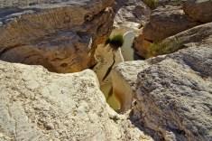 Apres quelques petites minutes de marche on arrive au bord de la falaise en aplomb des points d'eau. Meme en arrivant tres tot j'ai ete surpris de ne pas etre le premier. Un petit groupe d'ami ayant probablement dormi sur place etaient deja la. Certain en pleine priere, au bord de l'eau...