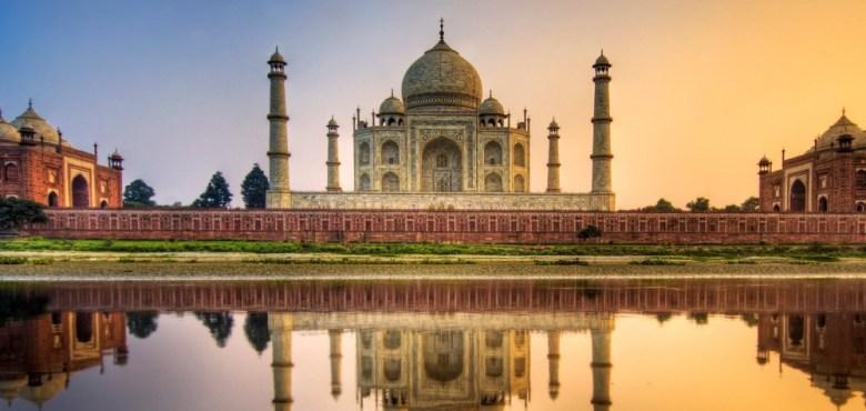 Taj Mahal - Agra, India. A fost construit de împăratul Shah Jahan drept mausoleu pentru soția sa, Mumtaz Mahal.