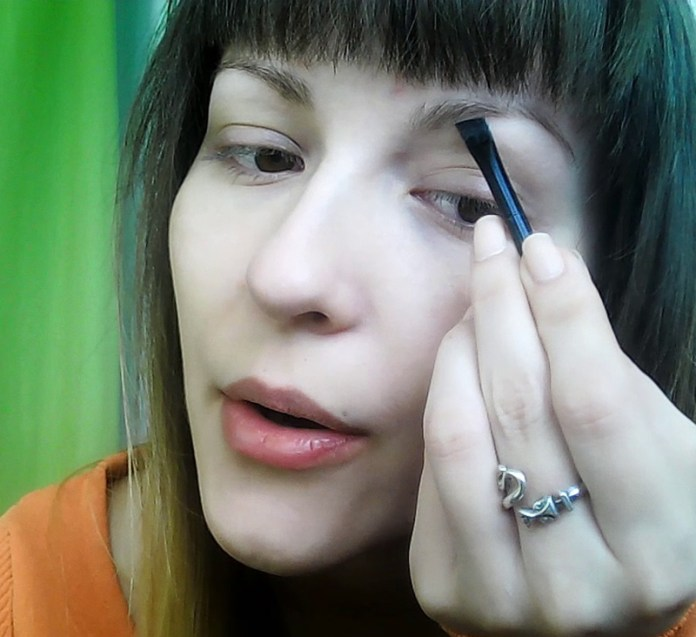 How to apply a minimal everyday make-up look - filling in eye brows