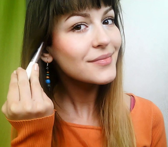 How to apply a minimal everyday make-up look apply color to cheeks with blush