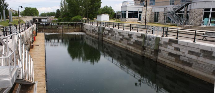 Une des nombreuses écluses sur le système de canal sur la piste cyclable du canal de Lachine à Montréal