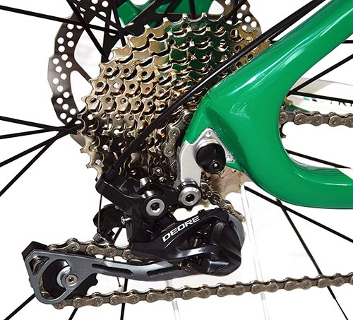 30 Shimano Deore gears ensure a smooth, efficient ride on the BEIOU Carbon Fiber Hardtail Mountain Bike