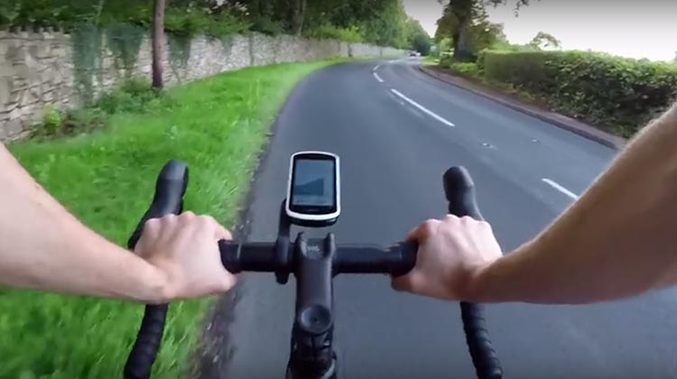 The start/stop buttons have moved on the Garmin Edge 1030, so they are now on the bottom of the device. This is way more convenient, as the buttons are very handy, right in front of you