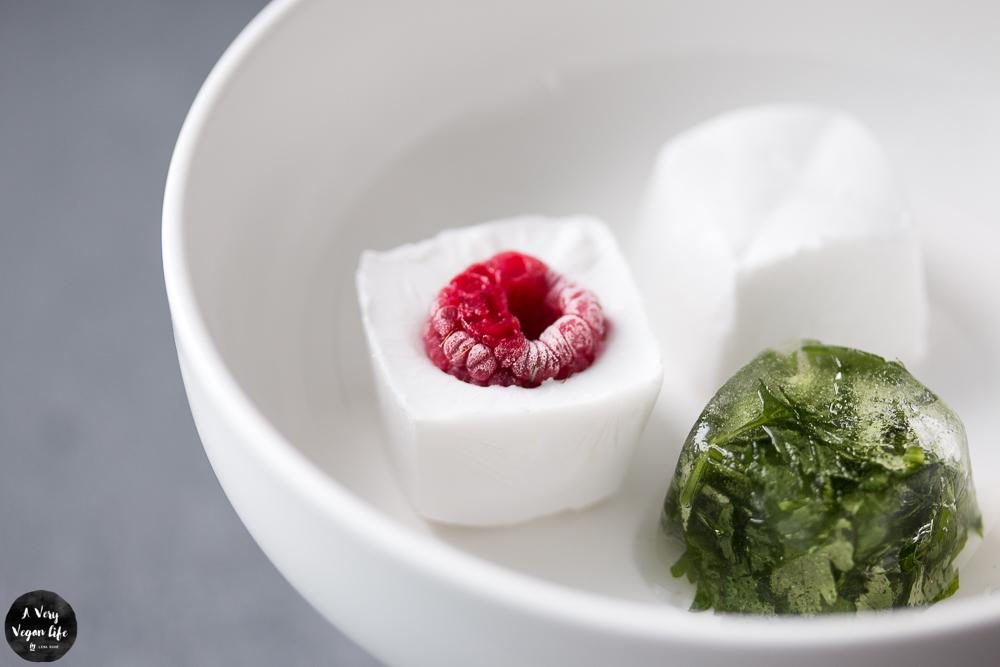Kleine Reste einfrieren - gefrorene Würfel mit Kokosmilch als Snack, gefrorene Kräuter