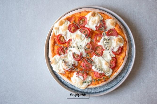 Vegane Pizza mit Tomaten, Thymian und Mozzarella aus Cashewkernen