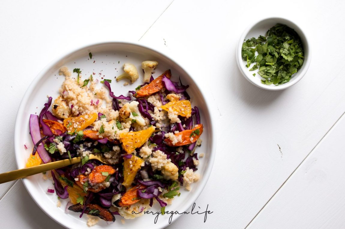 Farbenfroher Salat mit Orange, Möhre, Rotkohl