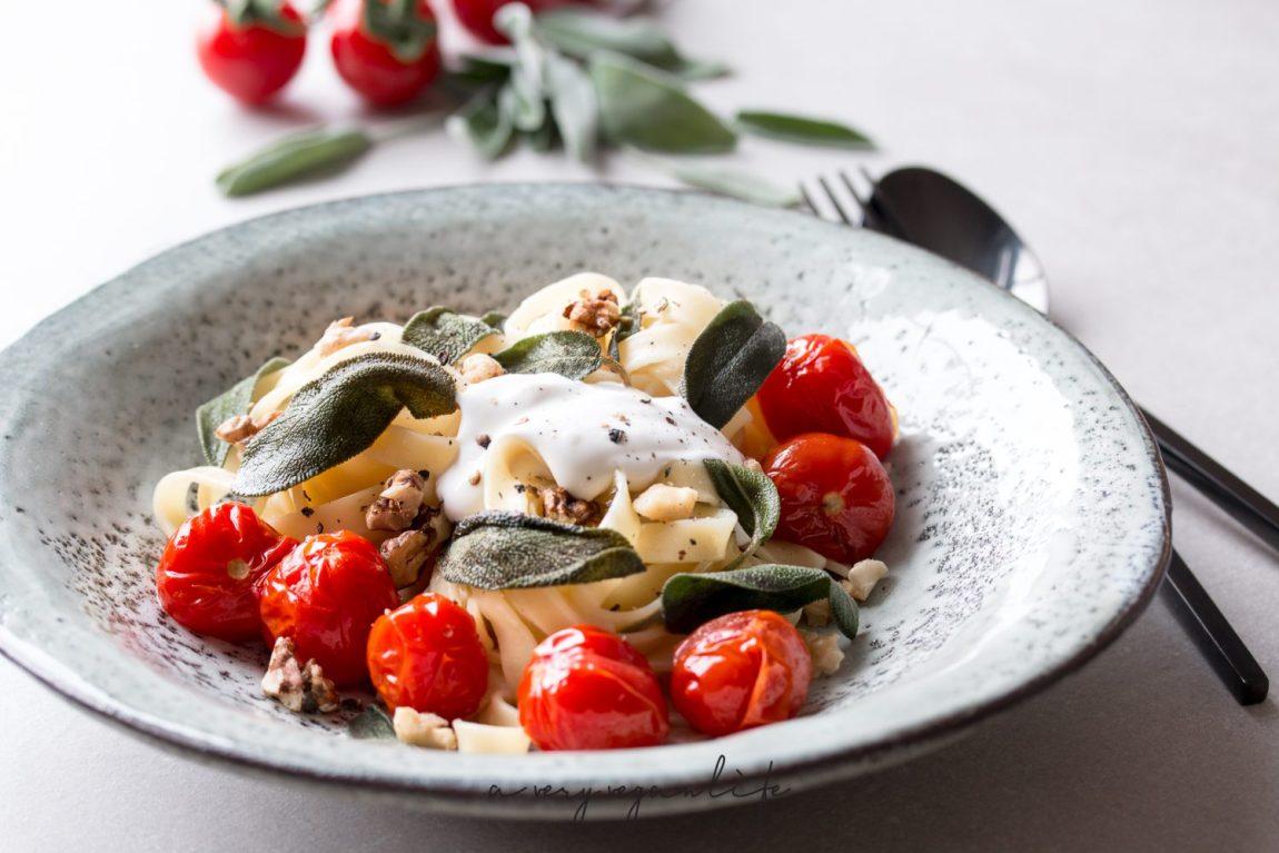 Vegane Pasta mit Kirschtomaten, Salbei und Walnüssen, dazu vegane Creme Fraiche