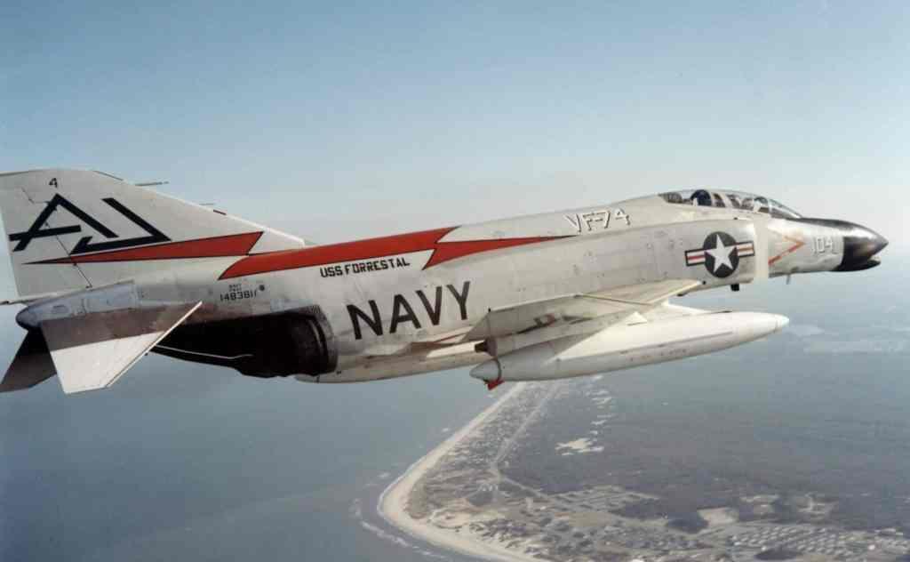 F4H-1_Phantom_II_VF-74_in_flight_1961.jp