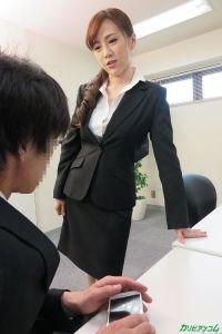 すみれ美香 ビジネススーツの立ち姿