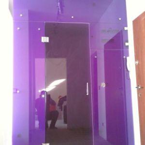 kolorowa szklana zabudowa wejścia
