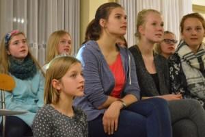 Auch die Mädchen sind konzentriert bei der Probe.