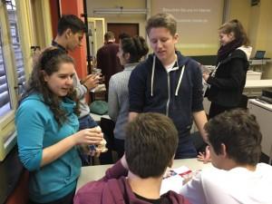 Schüler im Gespräch beim Kompetenztag 2015 an der AvH