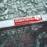 roter Aufkleber auf einem Zaun