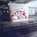 rotes Graffiti an einem Brückenpfeiler