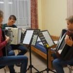 Im Orchester spielt auch drei Akkordeon, die hier in ihrer Stimmgruppe proben.