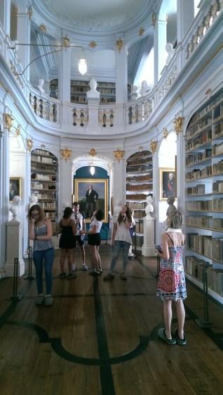 Im Tempel der Literatur - in der Anna-Amalia-Bibliothek werden Bücher zu einem fast religiösen Objekt, das man bestaunt. Aber: man kann die Bücher auch immer noch ausleihen - natürlich nicht, um diese nach Hause mitzunehmen.