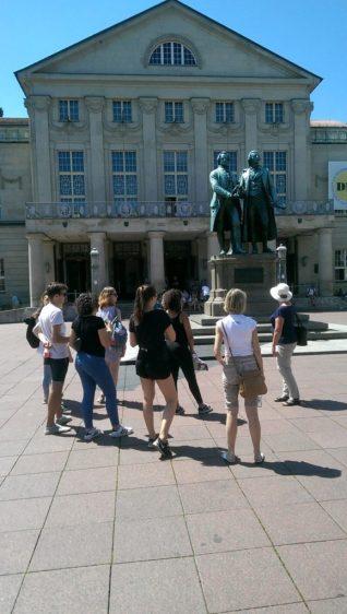 Beginn unserer Stadtführung am Theaterplatz mit dem berühmten Goethe-Schiller-Denkmal und dem Nationaltheater, in dem die Weimarer Republik proklamiert wurde.