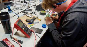 Schüler löten bei der LED-Matrix