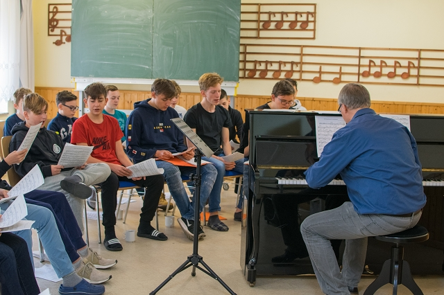 Herr Heims probt mit dem Chor