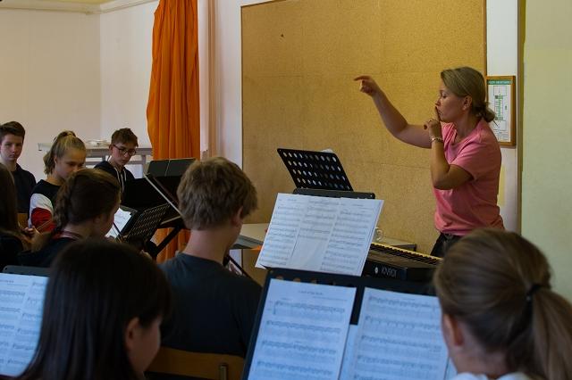 Frau Kurtze probt mit dem Orchester