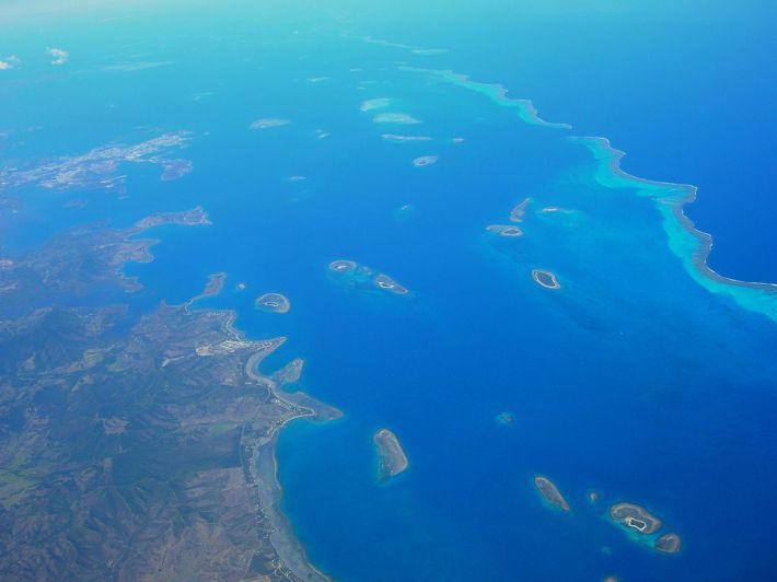 Imagem da zona abrangida pelos recifes de coral, perto de Nouméa.  Obrigado a J Brew e à Wikimedia Commons.