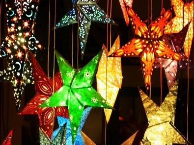 Estrelas coloridas luminosas decoração de Natal