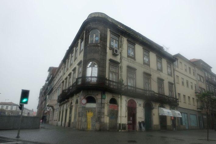 ESQUINA DA RUA DO ROSÁRIO COM A RUA D. MANUEL II HOTEL DO LOUVRE
