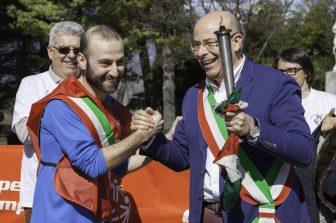Il passaggio della torcia al sindaco di Buttigliera Alta il 13 marzo 2018