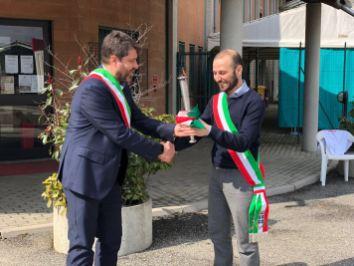 Il sindaco diValdellatorre Carlo Tappero consegna la torcia al sindaco di Avigliana Andrea Archinà