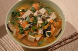 Japanische Misosuppe mit Tofu, Gemüse und Sobanudeln