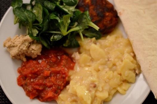 Kartoffelsalat mit Räuchertofu (von Oma), Feldsalat, vegane Frikadellen à la Veganista, Hummus und Salsa