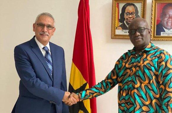Presidente adjunto de EgyptAir junto al Ministro de Aviación Civil de Ghana