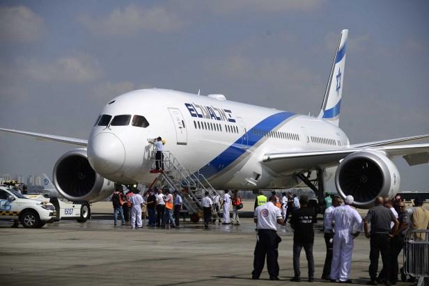 Boeing 787 de EL AL durante una escala en un aeropuerto