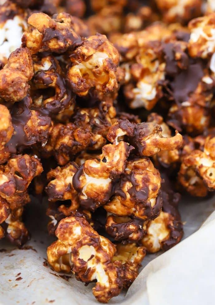 close up up crispy caramel chocolate vegan popcorn